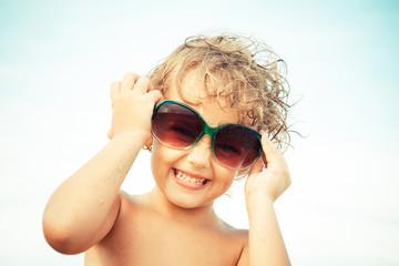 bambina gioiosa con occhiali