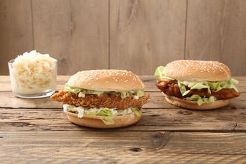 hamburger di pollo fritto sfondo legno