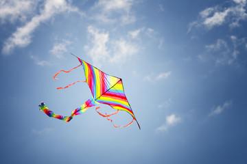 Fototapeta Kolorowy latawiec na błękitnym niebie obraz