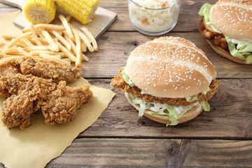 pollo fritto con sandwich e patate su tavolo di legno