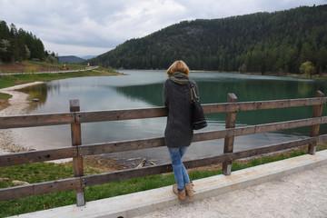 guardare il lago donna donne