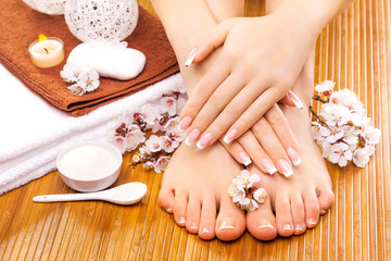 Photo sur Aluminium Pedicure brown manicure and pedicure on the bamboo
