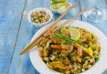 pad thai noodles with shrimps and eggs