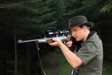 Jäger beim Schießen im Wald
