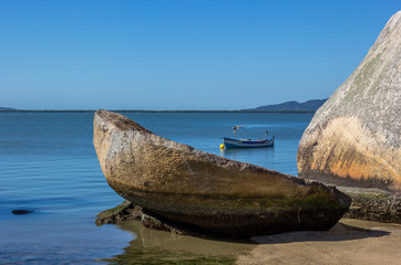 Barco, pedra e mar