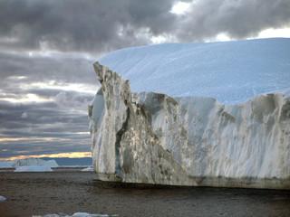 Eisberg im Wasser, Abendstimmung, Grönland