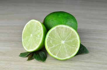 Limonki przekrojone świeże