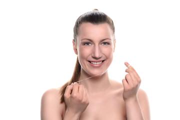 Lächelnde Frau mit Zahnseide