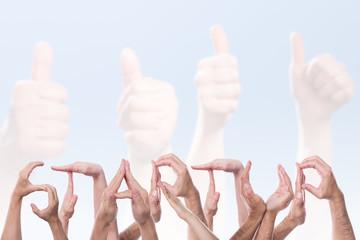 Das Wort Startup aus Händen geformt vor Händen mit Daumen hoch