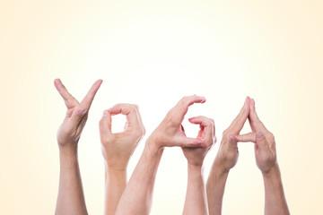 Das Wort Yoga aus Händen geformt