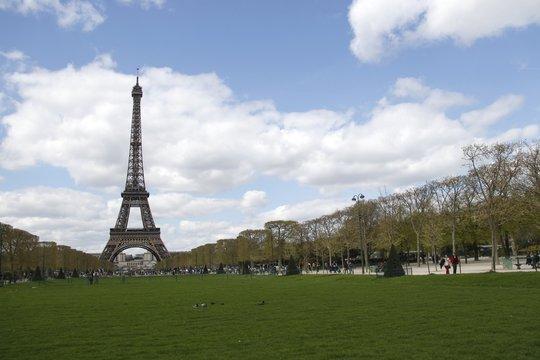 Tour Eiffel à Paris, vue depuis le Champs de Mars