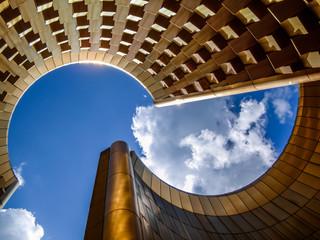 Architecture en forme de volcan avec puis de lumière