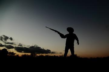 Silueta de cazador vaquero al atardecer