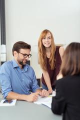 mitarbeiter in einer besprechung am schreibtisch
