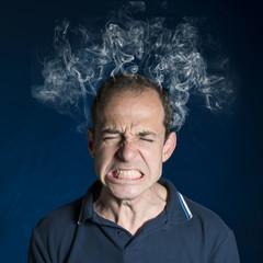 Hombre estresado con humo en la cabeza