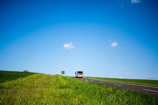 Mit dem Reisebus aufs Land, grüne Felder und blauer Himmel