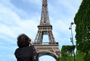 La tour Eiffel prise en photo par un touriste