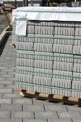 Palette mit Pflastersteinen auf einer Baustelle