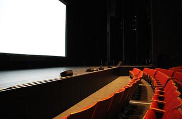 映画館のスクリーンと客席