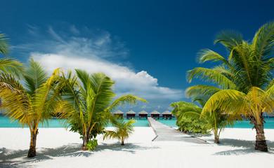 Strand mit Wasserbungalows