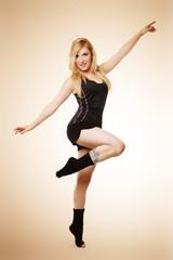 schöne blonde Frau tanzt