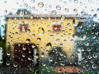 Casa vista attraverso un vetro bagnato