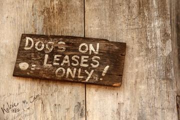 Hunde an die Leine! - Schuild aus Holz