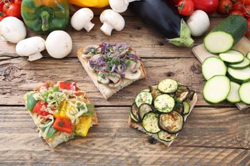 fette di pane con verdure miste grigliate