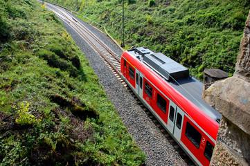 Zug bei Ausfahrt aus Tunnel