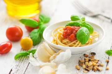 Spaghetti with tomatoes and fresh basil