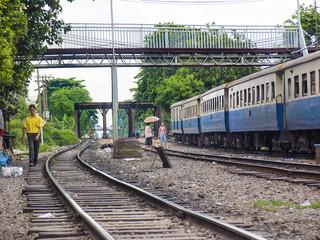 Gleistrasse mit Personenzug im Stadtgebiet von Bangkok