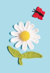 gehäkelte Margerite mit Schmetterling