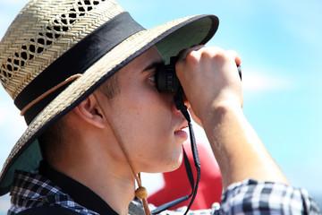 Australia, Nuovo Galles del Sud, Sydney, Man looking through binoculars