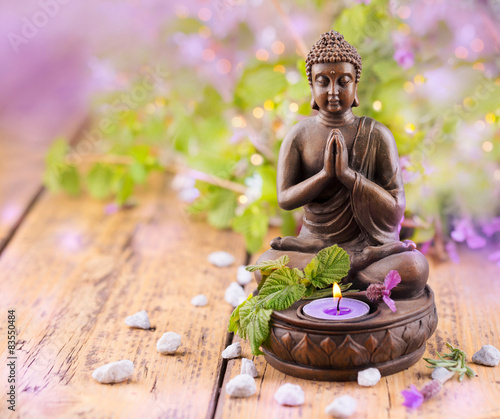 betender buddha mit kerze und lavendel stockfotos und lizenzfreie bilder auf. Black Bedroom Furniture Sets. Home Design Ideas
