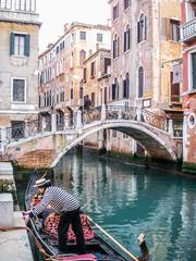 Venise, gondolier sur un canal