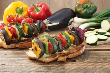 verdure grigliate su fetta di pane sfondo rustico