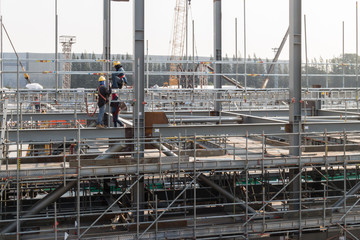 mans install scaffolding on structeral