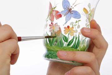 fillette peignant nature sur verre