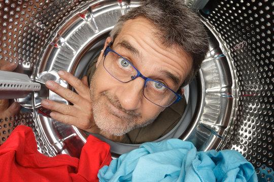 Portrait fun homme dans machine à laver