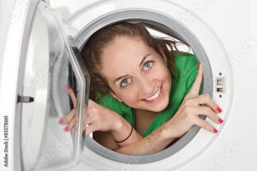 Femme l 39 int rieur d 39 une machine laver stock photo for Interieur machine a laver