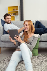 modernes paar mit computern zuhause