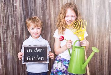 Kinder helfen im Garten
