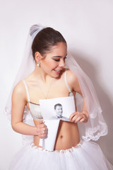 Bride broke a photo which shows the groom