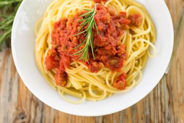 Spaghetti al ragù su tavolo in legno