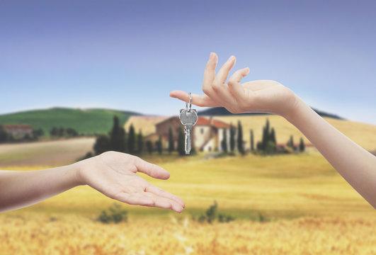 Mani con chiavi casa campagna
