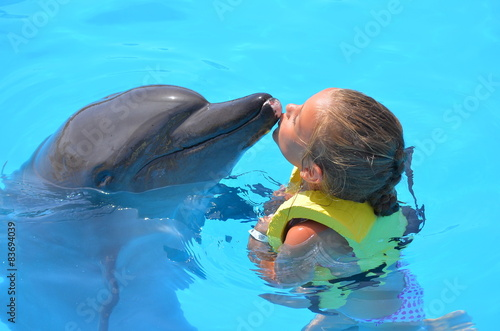 Fille Embrassant Un Dauphin Stock Photo And Royalty Free