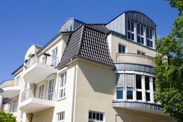 Modernes Wohnhaus mit Balkonen