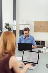 zwei mitarbeiter in einem modernen büro