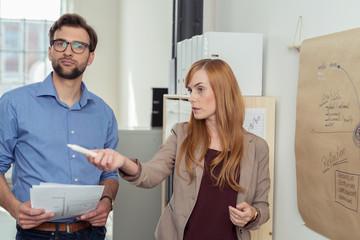 zwei mitarbeiter leiten ein besprechung