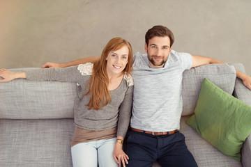 paar sitzt entspannt zuhause auf dem sofa
